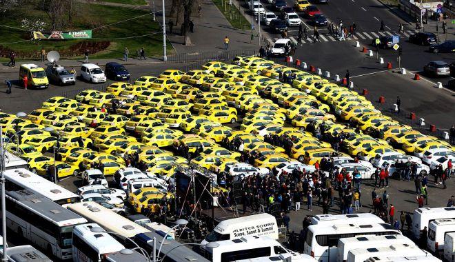 """Foto: Transportatorii protestează! """"Cerem Guvernului să renunţe la OUG pentru legalizarea pirateriei"""""""