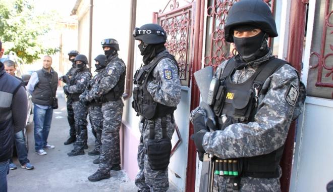 Foto: Proxeneţi şi traficanţi de minori,  reţinuţi la Constanţa.  Arme şi droguri găsite la 12 percheziţii