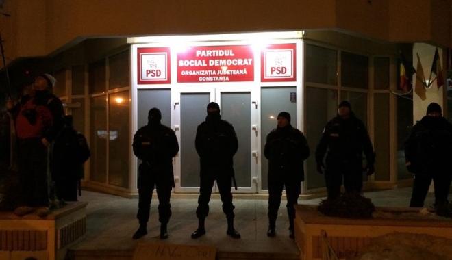 CONSTANŢA PROTESTEAZĂ / Sediul PSD, păzit de mascaţi