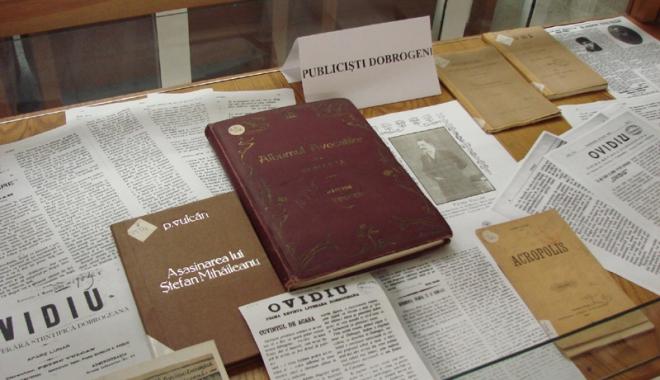 """Foto: Publiciști dobrogeni, expuși la Biblioteca Județeană """"I.N. Roman"""""""