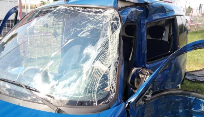 Foto: Doi tineri de 23 de ani au murit, după ce au intrat cu maşina într-un copac
