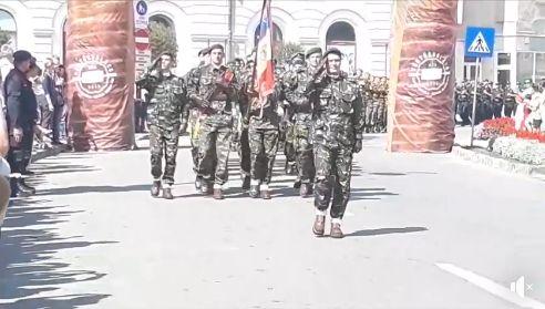 Foto: Arc de Triumf? Nu, nu, Armata Română defilează printre… kurtos kallacs