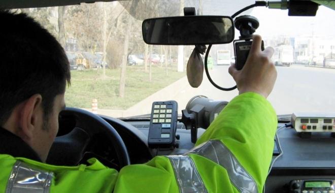 Foto: DECIZIE IMPORTANTĂ / Cine dă amenda pentru depăşirea vitezei: poliţistul care face înregistrarea video sau colegii care află prin staţie pe cine să oprească?