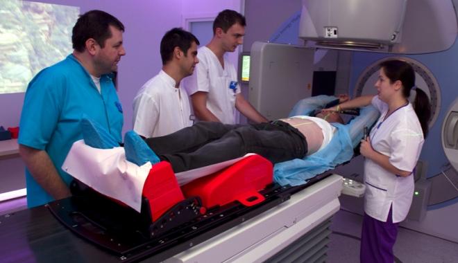 Foto: Bolnavii de cancer aşteaptă cu lunile şedinţele salvatoare de radioterapie. Ţara plânge, însă, de mila puşcăriaşilor, care stau în igrasie