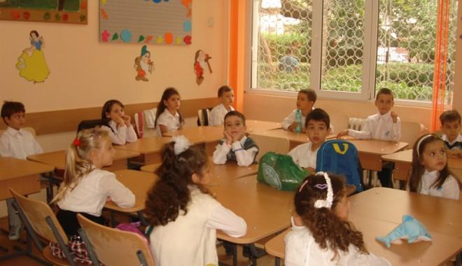 Foto: Cine e vinovat că luni nu vor fi manuale şcolare
