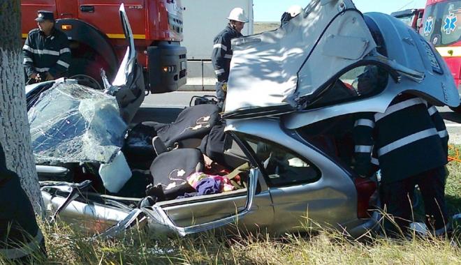 Foto: Răniţi grav după ce au intrat cu maşina în copac. Şoferul nu avea permis