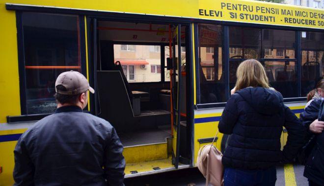 Foto: Autobuzele de pe liniile 100 şi 5 - 40 îşi reiau traseul normal