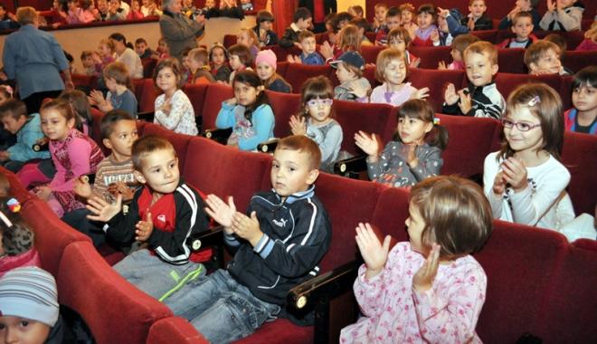 Foto: Duminică, toţii copiii merg la teatru!