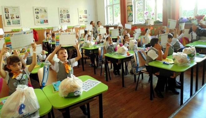 Foto: Peste 2.400 de elevi constănţeni vor primi rechizite de la Carrefour
