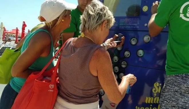 Foto: Turiştii din staţiunea Mamaia, preocupaţi de reciclare