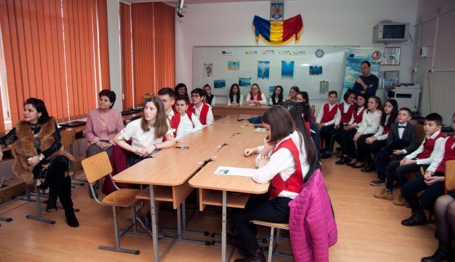 """Foto: Recital de poezie, la Şcoala Gimnazială """"Lucian Grigorescu"""" din Medgidia"""
