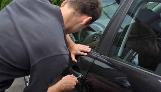 Foto: Cum te bag� �n bucluc furtul permisului auto