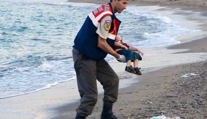 Foto: Corpurile a 41 de migranți morţi, găsite pe o plajă