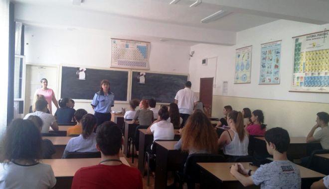 """Foto: """"Refuz să devin  o victimă!"""" - proiect derulat de poliţişti  în şcolile constănţene"""