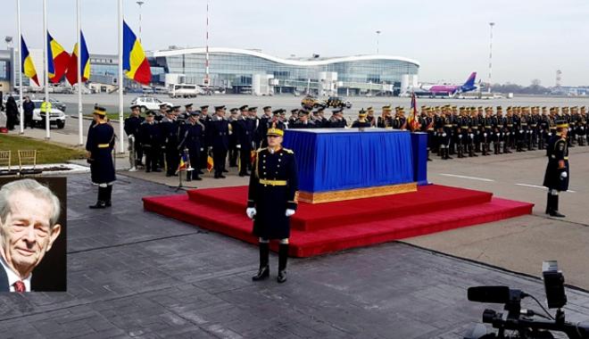 Foto: Regele Mihai a revenit în țară!  Trei zile de doliu național