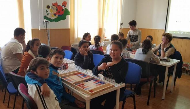 Reînvie bibliotecile școlare rurale. Elevi care au prins gustul lecturilor și al lecțiilor interactive - reinviebibliotecile3-1509471019.jpg