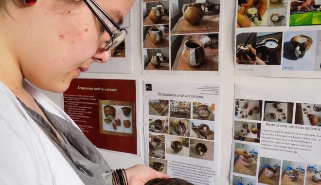 Foto: Persoanele nevăzătoare participă la un atelier  de restaurare ceramică