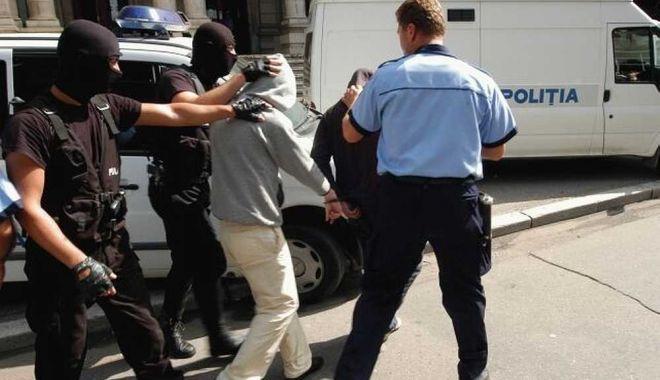 Foto: Un copil de 13 ani a dat un jaf de proporţii. Băiatul a furat 13.000 de euro, 300 de dolari şi bijuterii de valoare