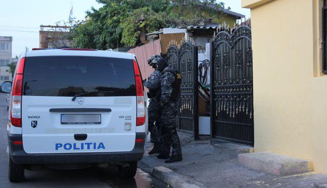 Foto: Scandal monstru în satul Lespezi. 13 indivizi au fost reținuți!