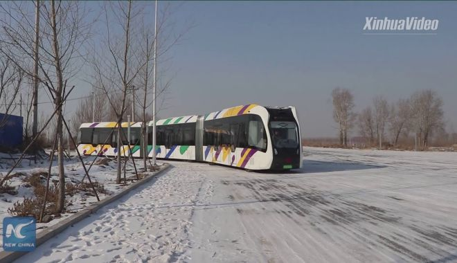 Foto: Revoluţie în transportul public. China introduce un tramvai fără şine şi fără vatman