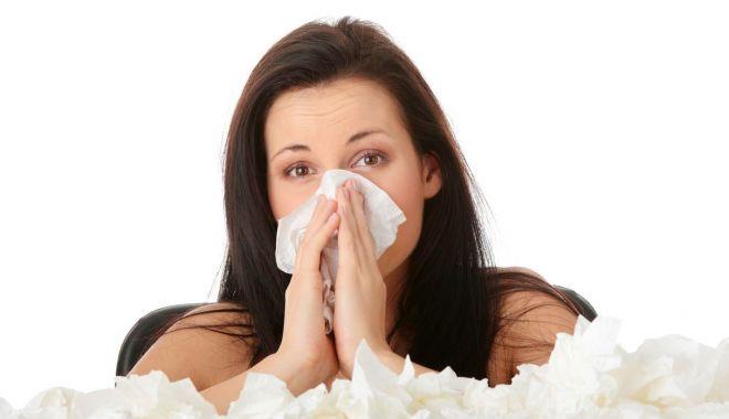 Foto: Afecţiuni de sezon. Rinita alergică poate fi confundată cu o simplă răceală