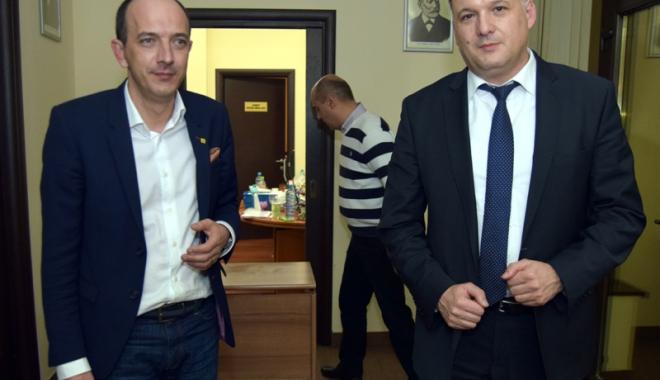 Foto: Deputaţii Huţucă şi Boroianu, nemulţumiţi că Dragnea a convocat Parlamentul în acelaşi timp cu Congresul PNL
