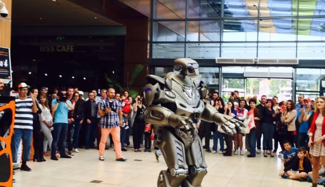 Foto: Titan the Robot face spectacol la Constanţa