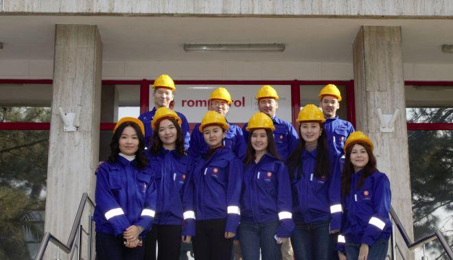 Foto: Tinerii din Kazahstan descoperă Rafinăria Petromidia
