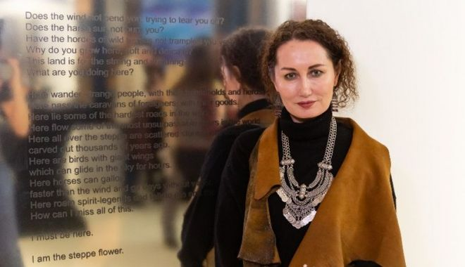 """Foto: Artista kazahă Leyla Mahat expune la București. """"Opera ei depășește barierele culturale și geografice"""""""