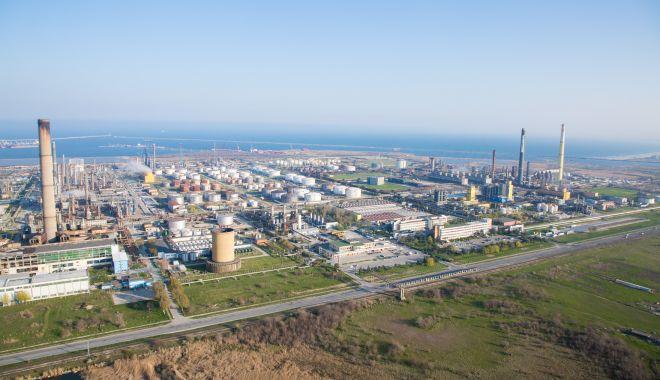 Foto: Rompetrol Rafinare, intervenție în cazul poluării de la Vadu