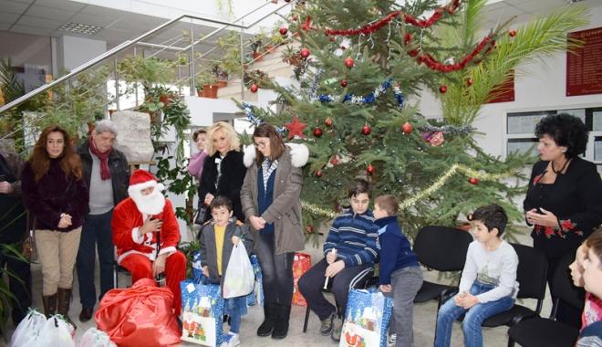 Foto: Daruri sub pomul de Crăciun, pentru 10 copii din Cumpăna