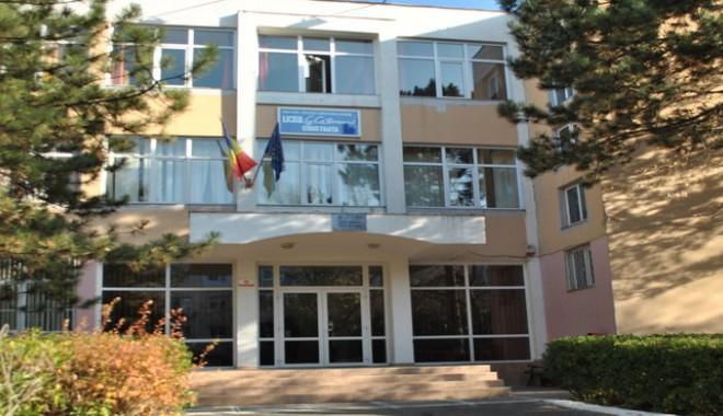 """Foto: Ce riscă elevul de la Liceul """"Călinescu"""" care şi-a intoxicat colegii cu sulf"""