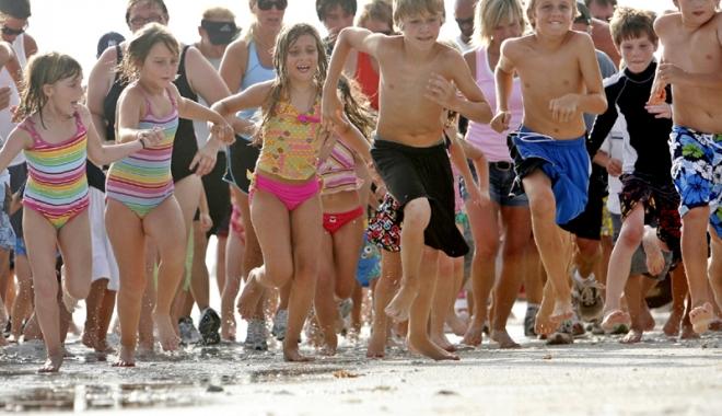 "Foto: ""Petrece vara la mare"", un super-proiect pe linie de tineret al DJST Constanţa"