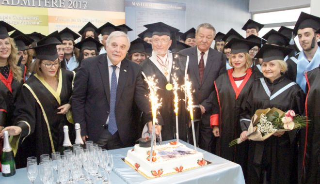 """Foto: O nouă promoţie de studenţi la Universitatea """"Andrei Şaguna"""""""