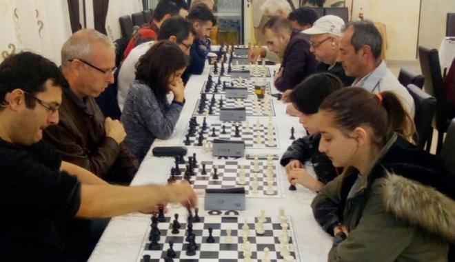 """Foto: """"Război"""" între fraţi,  la Cupa Alehin la şah"""