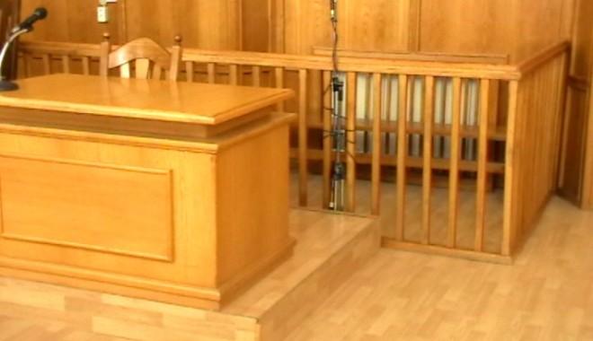 Foto: Un bărbat condamnat pentru pedofilie s-a sinucis în tribunal, chiar în faţa judecătorului