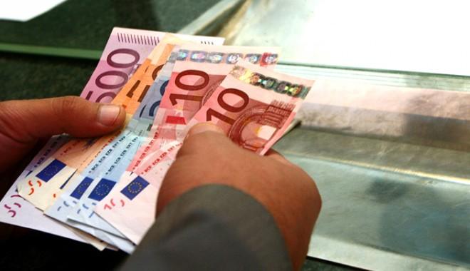 Salariații și pensionarii datornici la bănci vor plăti impozit mai mic pe venit - salariatii-1401903827.jpg