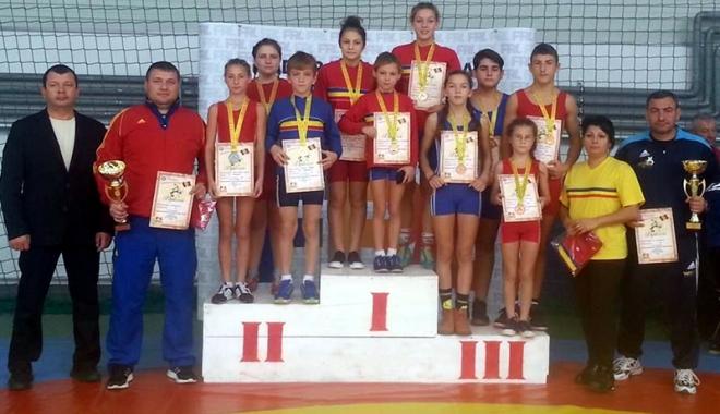 Foto: Salbă de medalii pentru luptătorii constănţeni