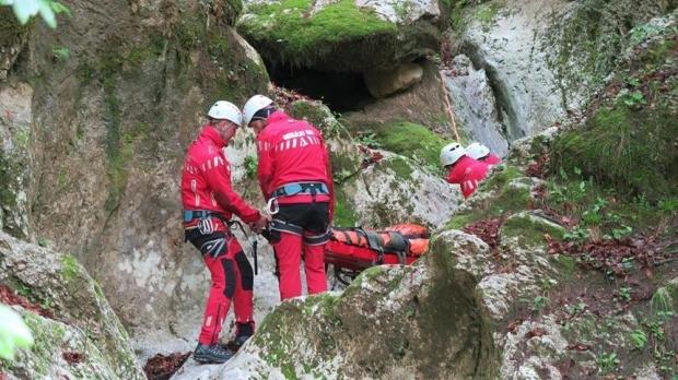 Foto: ALERTĂ PRINTRE SALVATORI! Se intervine pentru recuperarea unui CADAVRU