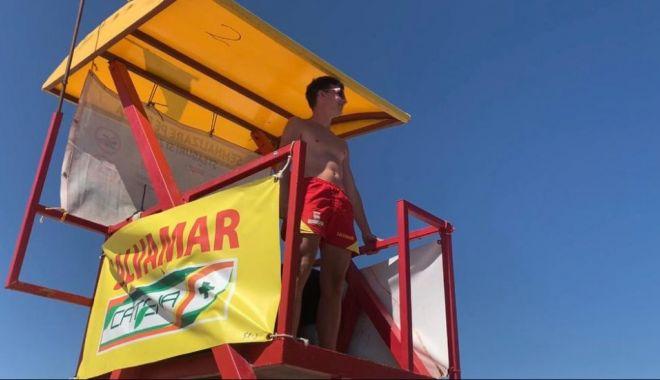 Foto: Steag roșu pe litoral din cauza valurilor mari. Turiștii ignoră recomandările salvamarilor