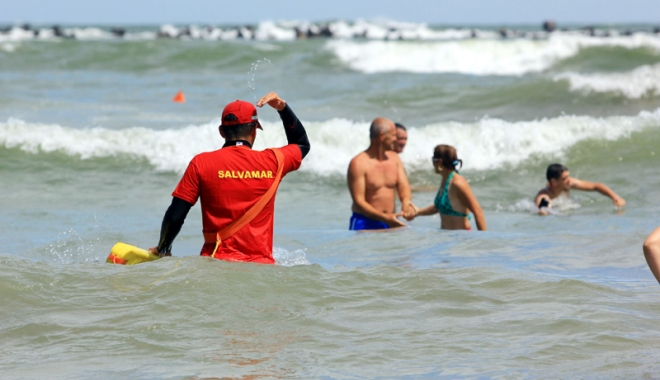 Foto: Salvatori pe stomacul gol. Salvamarii p�r�sesc plajele dup� ce prim�riile