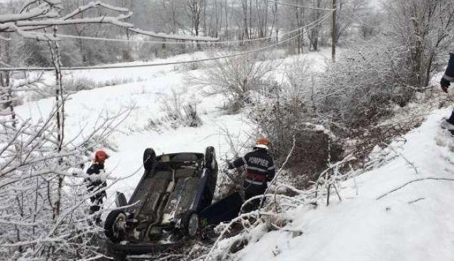 Foto: Un bărbat a murit după ce ar fi făcut infarct la volan şi s-a răsturnat cu maşina în şanţ