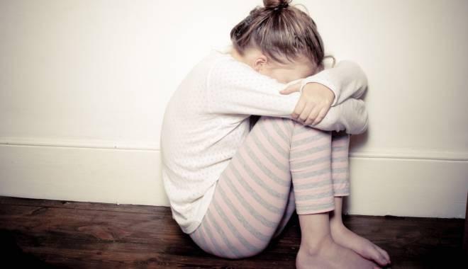 Foto: Minoră din Constanţa, ŞANTAJATĂ SEXUAL de concubinul mamei