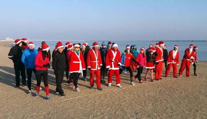 Foto: SantaRun! Moş Crăciun a alergat pe plaja din Mamaia