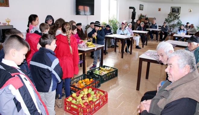 Foto: Elevii din Medgidia au ajutat bătrânii şi familiile nevoiaşe