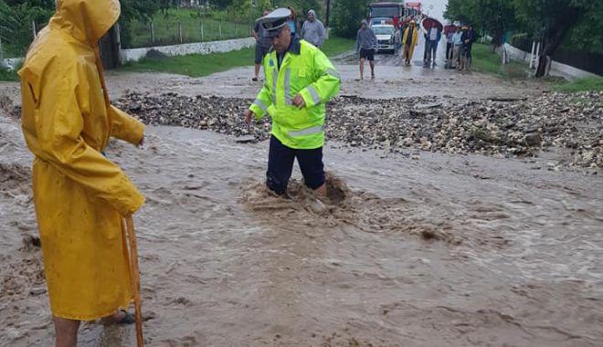 GALERIE FOTO / JALE LA SARAIU. Gospodării inundate şi persoane evacuate