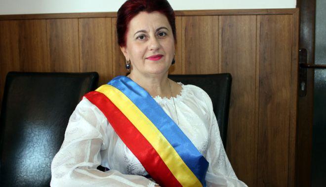 Primarul Dorinela Irimia, din casă în casă, la localnicii din Saraiu, în zi de sărbătoare - saraiuparascheva-1634139183.jpg