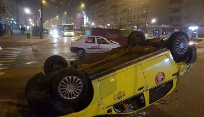 Foto: S-a răsturnat cu taxiul, în urma unui accident spectaculos