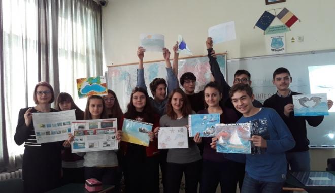 """Foto: Elevii de la Liceul """"Nicolae Bălcescu"""" din Medgidia caută soluţii pentru salvarea mării"""