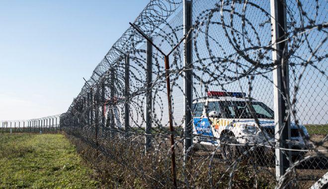 Foto: Americanii întind sârmă ghimpată la frontiera cu Mexicul